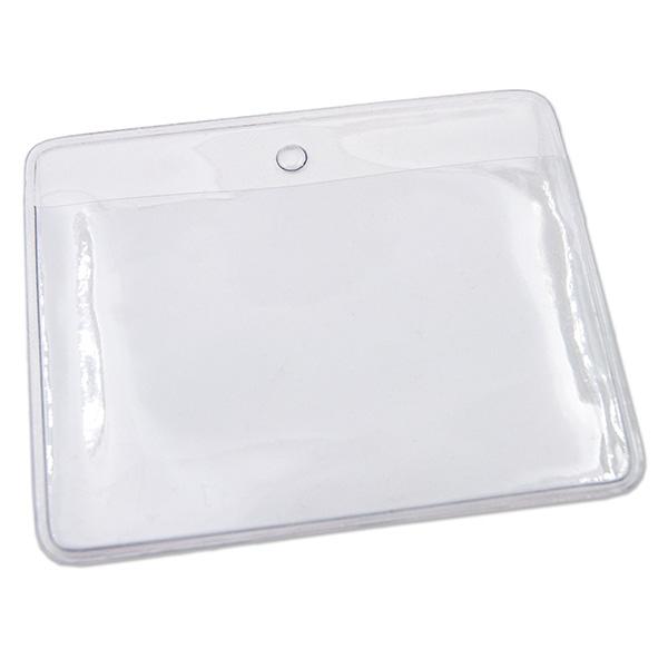 Kortholder i blank PVC plast (25 mikron), horisontal. Passer til kort i størrelse 86 x 54 mm (standard kort). Kortholderen kan forsynes med halssnor, seleclips, yoyo m.m.